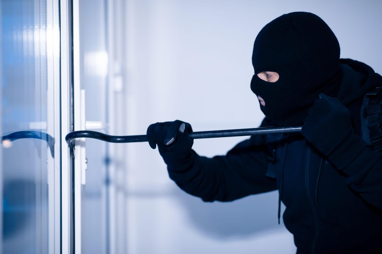 Einbrecher mit Werkzeug